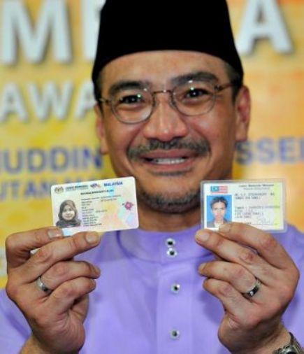 , Datuk Seri Hishammuddin Tun Hussein menunjukkan lesen memandu baru